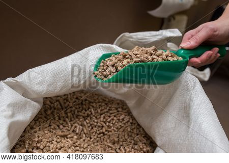 Packing Cat\\\'s Filler For The Toilet, Sand Or Biological Wood Pieces Absorbing The Smell For Hygie