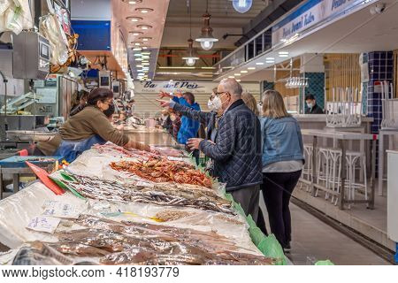 Palma De Mallorca, Spain; April 23 2021: Shoppers And Vendors Wearing Facial Masks At A Fish Market