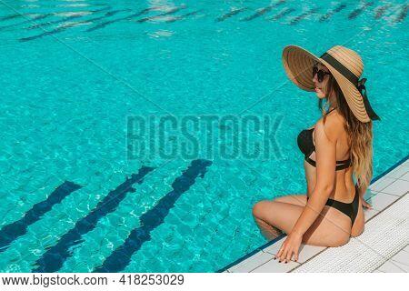Summer Fun Beach. Young Sexy Woman In Straw Hat, Bikini Swimsuit, Sunglasses Swimming In Blue Pool W