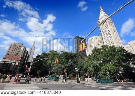 New York, Usa - July 3, 2013: People Cross The Street In Flatiron District, Manhattan, New York. Alm