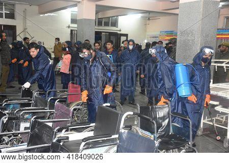 Indoor Fumigation Of Buildings By Blue Wearing Kit Men