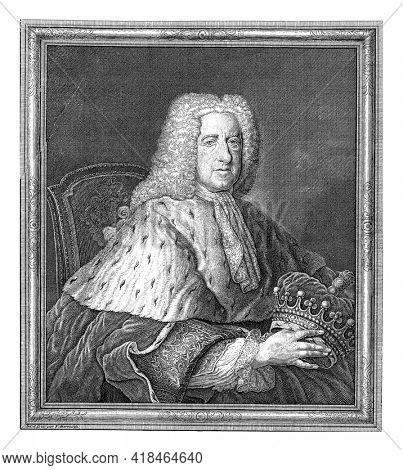 Half-length portrait to the right of Thomas Bruce, Earl of Ailesbury, sitting on a chair and holding a crown. Below the portrait a family crest and a five-line text in French.