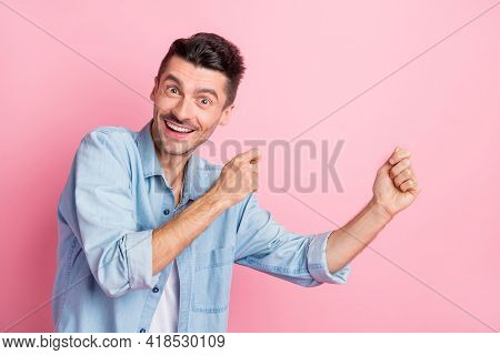 Photo Portrait Of Young Man Dancing Chilling At Discotheque Smiling Clicking Fingers Isolated Pastel