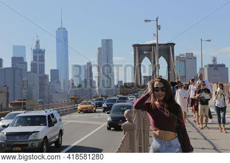 New York City, Ny, Usa 2.09.2020 - Pretty Long Hair Brunette Girl Posing On Brooklyn Bridge In Front