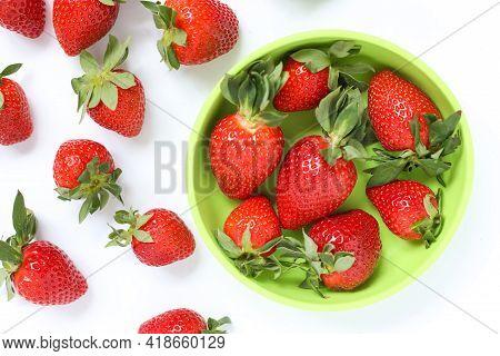 Delicious Juicy Strawberries In A Children's Green Plate. Fresh Strawberries In A Plate And Scattere
