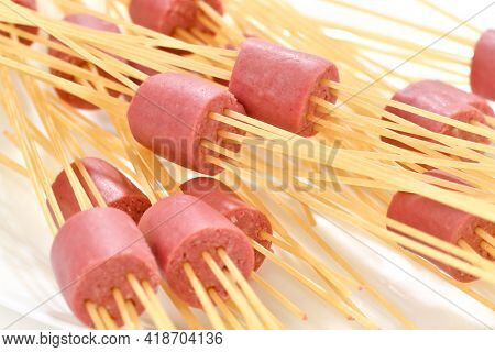 Lifehack; Spaghetti used as skewers with hot dog