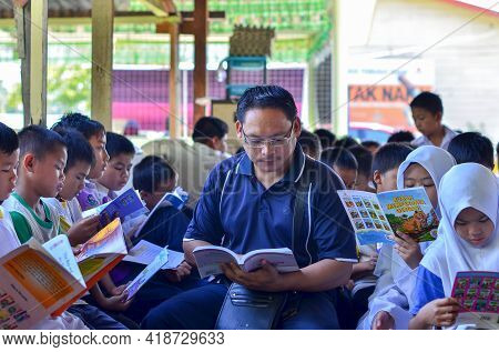 Keningau,sabah,malaysia-apr 21,2015:malaysian School Children Students With Their Male Teacher Readi