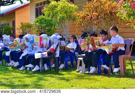 Keningau,sabah,malaysia-apr 21,2015:malaysian School Children Students Reading Book Outside Classroo