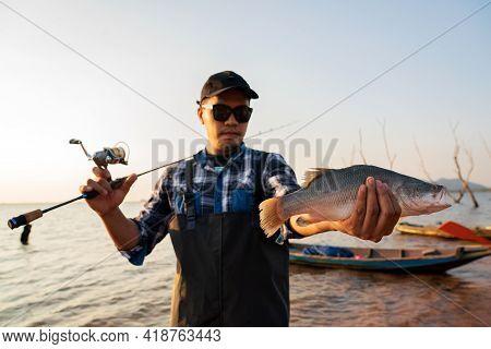 Asian fisherman Get a big fish .