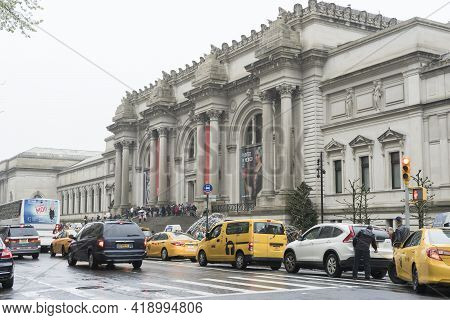 New York City, Ny - April 26,2018 : Crowded Of Tourist Walking In Front Of The Metropolitan Museum O