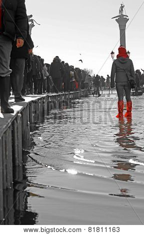 People Walkingonthecatwalk In Venice During At High Tide