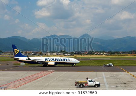 Aircraft Companies Rayanair Flies Up At The Airport Of Bergamo.