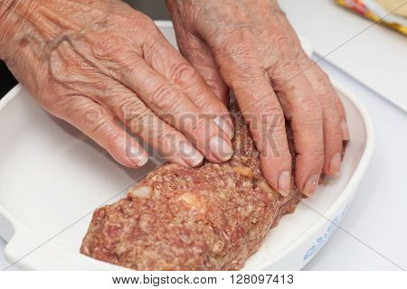 Stuffed meatloaf preparation : shaping a raw egg and vegetables stuffed meatloaf