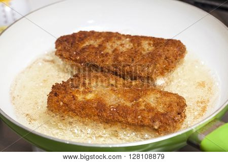 Cordon bleu preparation : Frying a cordon bleu