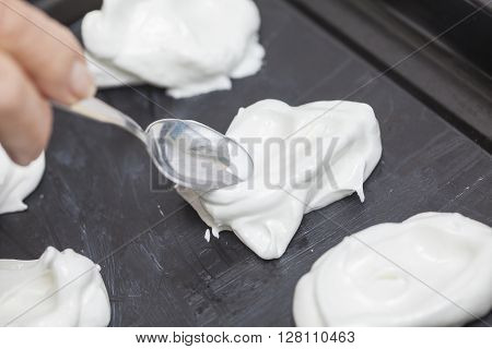 Meringues preparation : placing and shapping meringues on a baking sheet