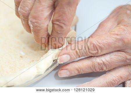 Quiche lorraine preparation : Decorating the edge of the quiche lorraine dough in the baking dish