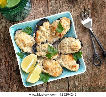 Mussels baked in cheese sauce with garlic