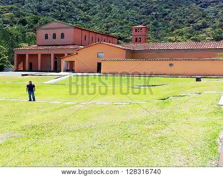 Hermosa imagen pasto verde y gran finca, paisaje ideal, clima perfecto