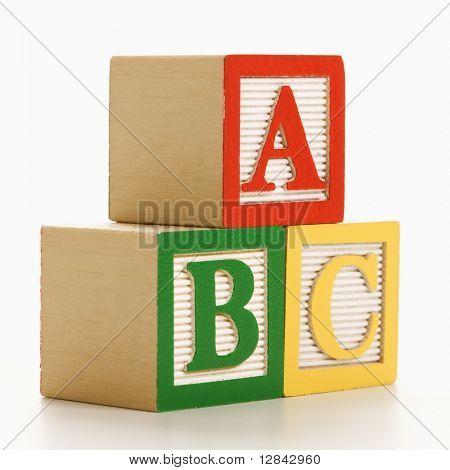 Blocchi alfabeto ABC accatastati insieme.