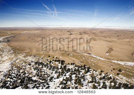 Paisagem aérea de planícies nevadas e dunas em Great Sand Dunes National Park, Colorado.