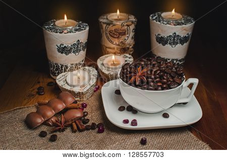 Coffee grains in a cup on a wooden table.