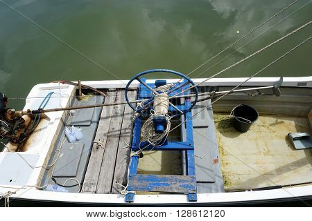 Winch the equipment in the boat with rope in the bay