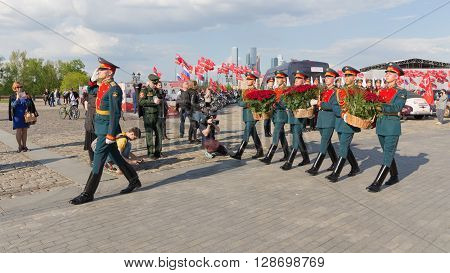 Moscow - May 6 2016: Soldiers 154 separate curfew Preobrazhensky regiment lay flowers on Poklonnaya Hill May 6 2016 Moscow Russia