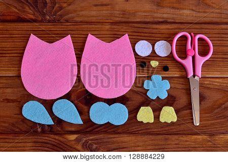 Felt owl pattern, scissors. How to make a ?ute felt owl toy - kids DIY crafts tutorial