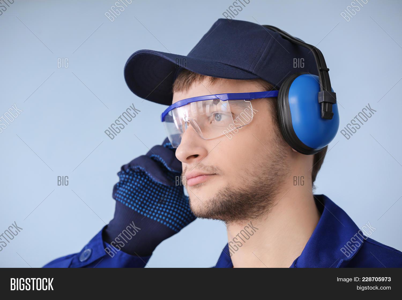 male worker wears headphones - HD1500×1120