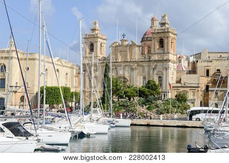 La Valletta, Malta - 2 Novembre 2017: Traditional Maltese Architecture And Yachts In The Harbour Of