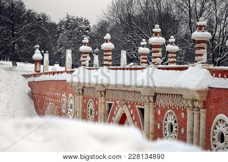 Stock Foto Ancient Bridge In The Park In Winter