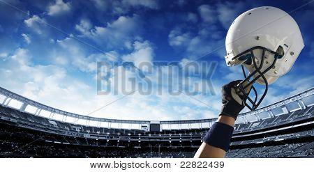 Fußballspieler erhöht seinen Helm vor einem wichtigen Spiel