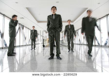 Geschäftsleute im Korridor