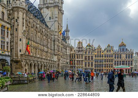 Brussels, Belgium - October 15, 2015: Grand Place-grote Markt With The Town Hall Started In 1402 By