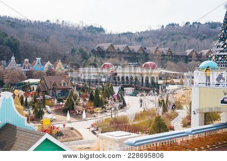 Yongin City, Korea - February 15,2018: Architecture And Unidentified Group Tourist Enjoy To Play Wal