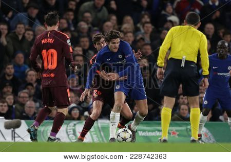 LONDON, ENGLAND - FEBRUARY 20:  Sergi Roberto of Barcelona and Marcos Alonso compete for the ball during the Champions League Round of 16 First Leg match between Chelsea FC and FC Barcelona