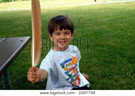 Niño con pluma