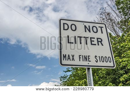Road Sign To Let People Know There Is A Maximum Fine Of $1000 For Littering