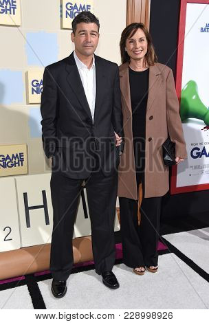 LOS ANGELES - FEB 21:  Kyle Chandler and Kathryn Chandler arrives for the