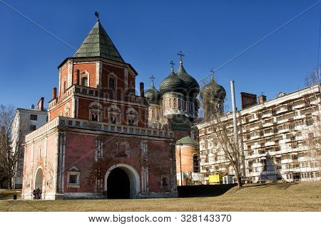Moscow, Russia - March 15, 2015: The Estate Of The Romanovs In Izmailovo Recreation Park And Manor,