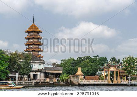 Bangkok City, Thailand - March 17, 2019: Chao Phraya River. Chee Chin Khor Temple And Red Roofs Pago