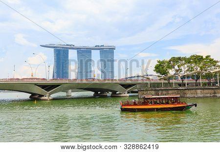 Singapore-05 May 2018:singapore Landmark Building Marina Bay Sands And River Landscape