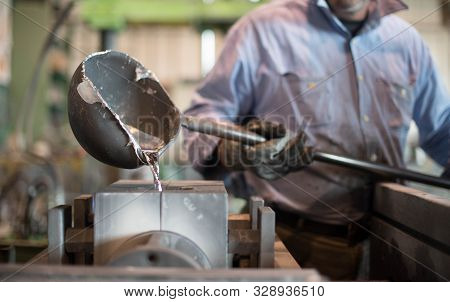 Uomo Al Lavoro In Fabbrica Worker Manifacture Steel Factory