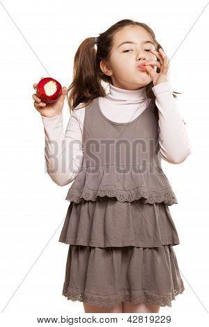 little girl showing apple palatabil
