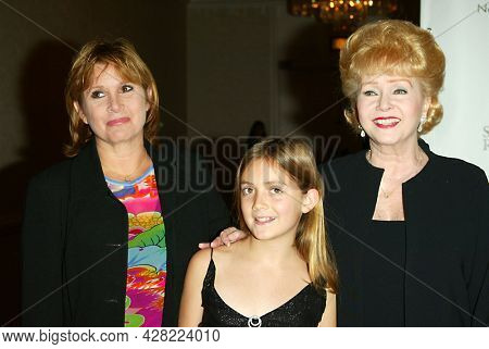 LOS ANGELES - AUG 19: Carrie Fisher, Billie Lourd and Debbie Reynolds arrives for the 2nd Annual 'Runway For Life' Celebrity Fashion Show on August 19, 2003 in Beverly Hills, CA