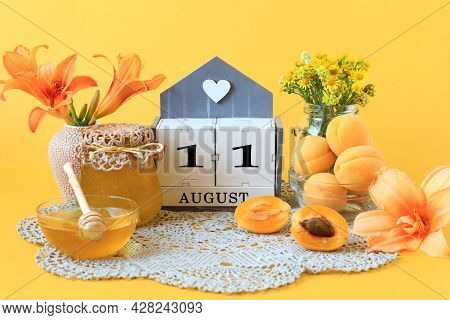 Calendar For August 11 : The Name Of The Month Of August In English, The Number 11, Flowers In Vases