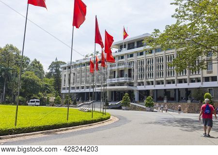 Ho Chi Minh, Vietnam - Oct 17, 2019 : Green Lawn And Fountain In Front Of Reunification Palace In Ho
