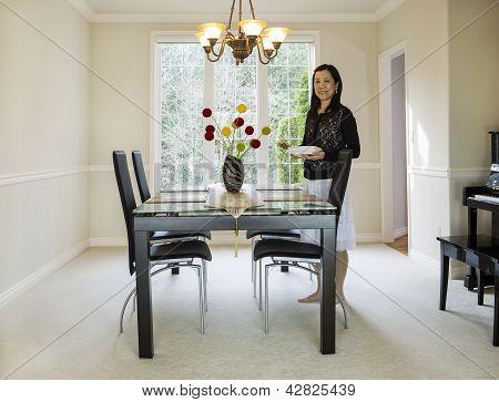 Reife Frau hält Speisen im Speisesaal
