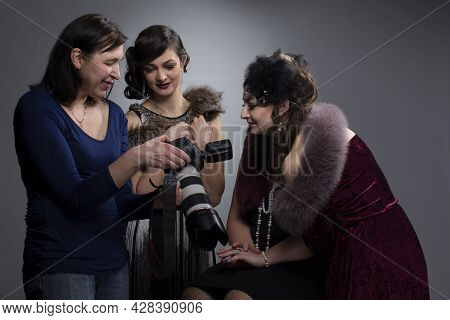 The Photographer Shows The Photos To The Models On The Camera Screen.
