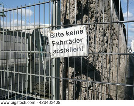 Bitte Keine Fahrrader Abstellen Text Board In Berlin Wall Means Please Do Not Park Bicycles